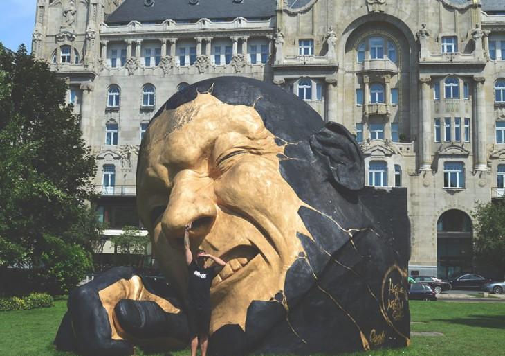 Graffitiművész festette le a Széchenyi téri óriásszobrot