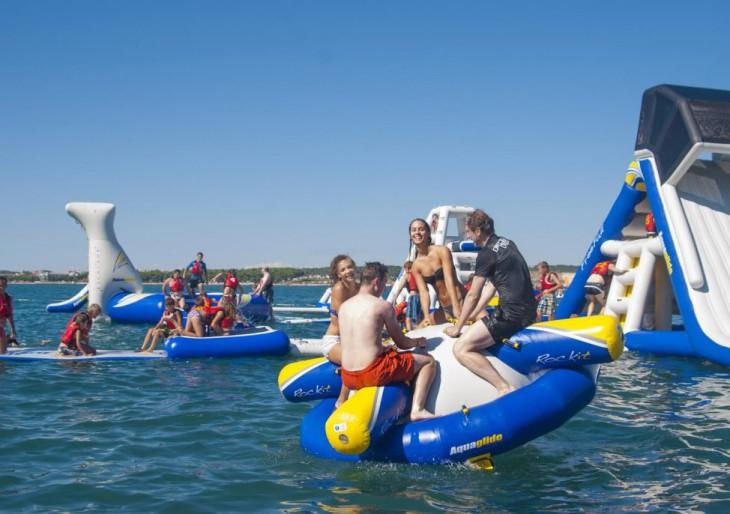 Családosok figyelem! Különleges vízi élménypark nyílik a Tisza-tónál