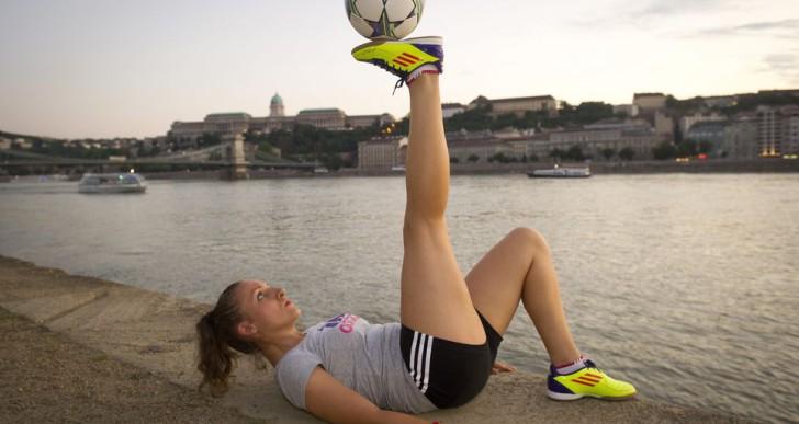 Szász Kitti Budapest látványosságainál mutatja meg, mit tud a labdájával