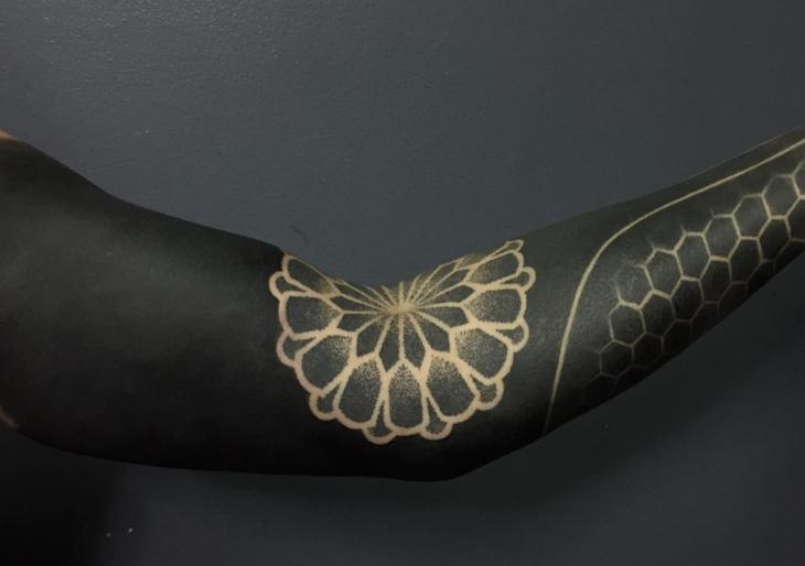 3 érv, amiért az emberek imádják a blackout tetoválásokat