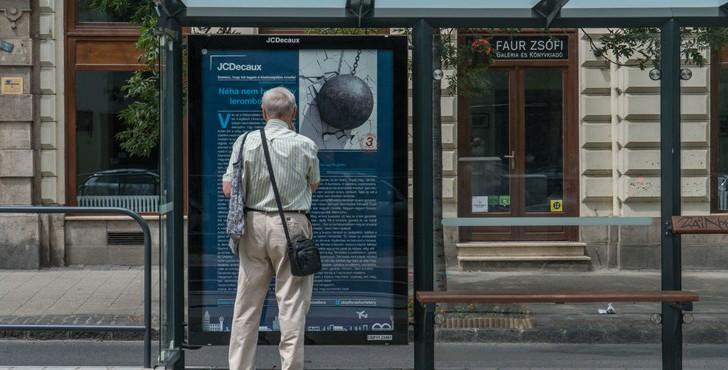 Idén nyáron is novellák várnak a nagyvárosok buszmegállóiban