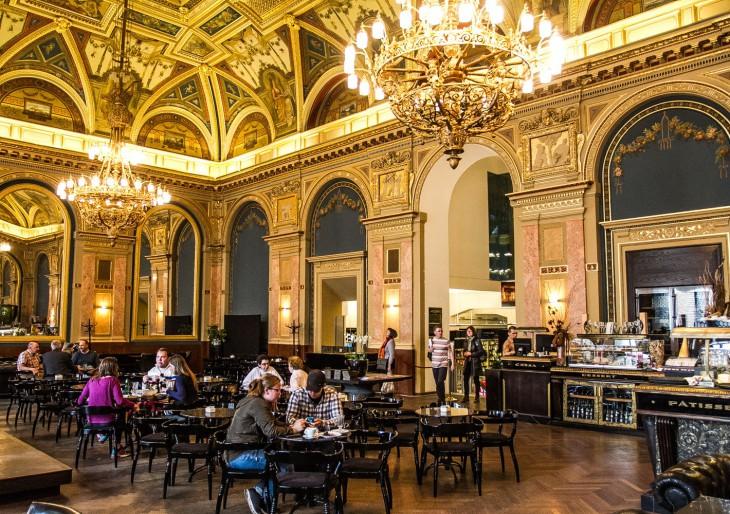 Újranyitott Budapest egyik legszebb kávézója