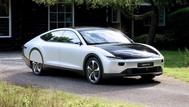 Megérkezett a világ első napelemes autója