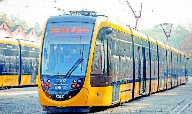 Újabb rekordhosszúságú villamos érkezett Budapestre